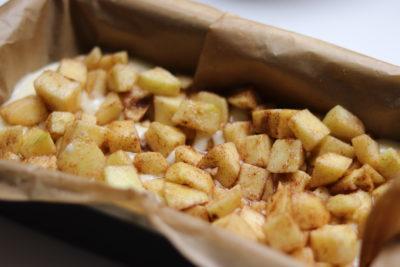 Ābolu plātsmaize ar drumstalām. Recepte