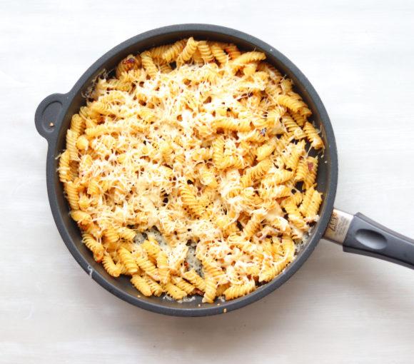 Cepti makaroni ar sieru un daudz garšvielām. Recepte