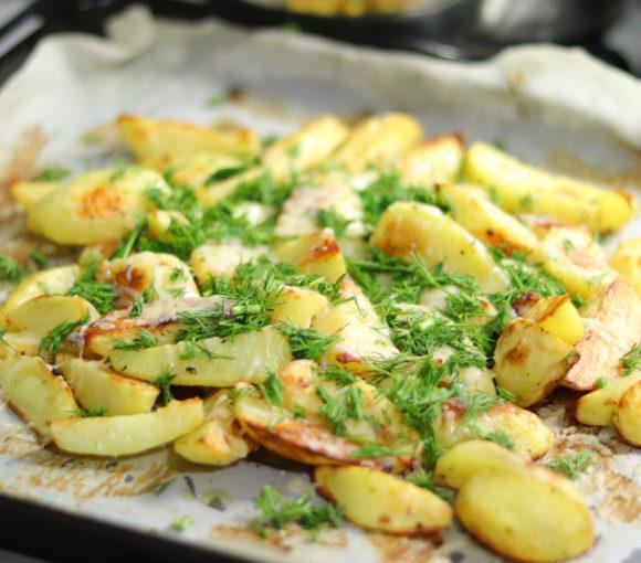 Kartupeļi cepeškrāsnī ar sieru un zaļumiem